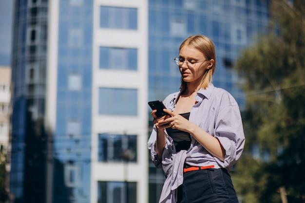 Mulher viajando e usando telefone
