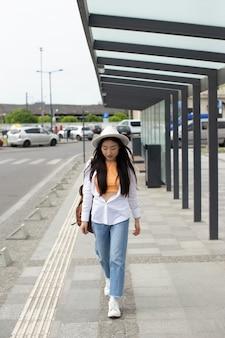 Mulher viajando em um lugar local