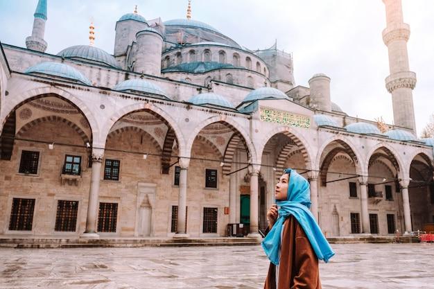 Mulher viajando na mesquita azul de istambul, turquia