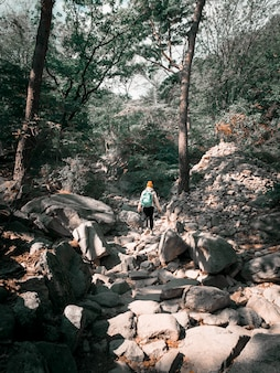 Mulher viajando nas montanhas da coréia do sul