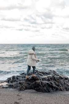 Mulher viajando sozinha na praia