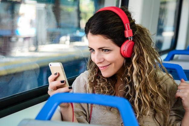 Mulher, viajando, trem, usando, smartphone