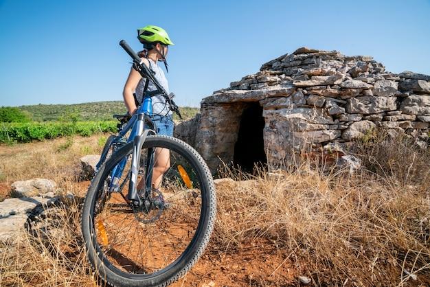 Mulher viajante andar de bicicleta em hvar, croácia.