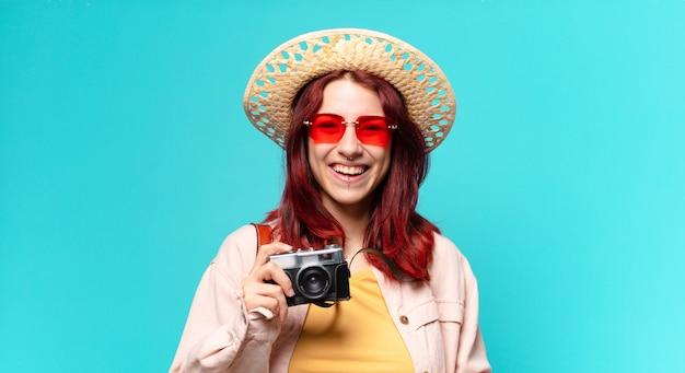 Mulher viajante com câmera, chapéu e óculos escuros. conceito de turismo