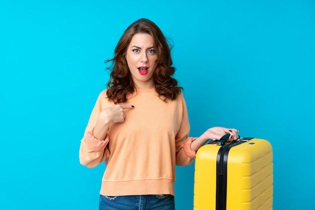 Mulher viajante com mala com expressão facial de surpresa