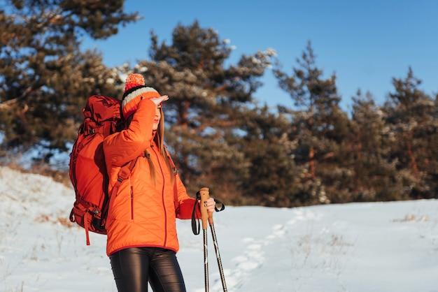 Mulher viajante com mochila caminhadas viagens estilo de vida aventura ativo férias ao ar livre. floresta bela paisagem