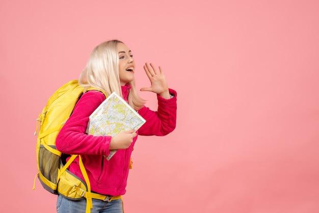 Mulher viajante com mochila segurando mapa chamando alguém