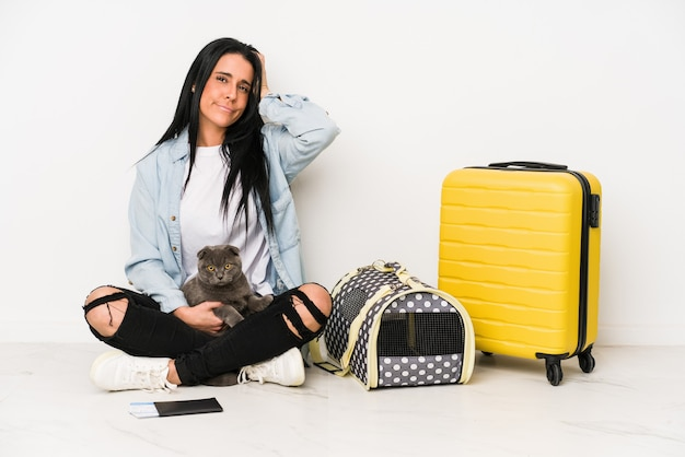 Mulher viajante com seu gato isolado em uma parede branca em choque, ela se lembra de um encontro importante