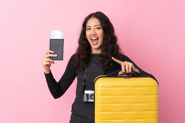 Mulher viajante com uma mala