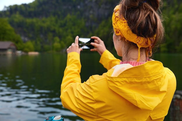Mulher viajante com vontade de viajar para trás
