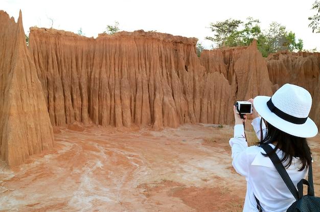 Mulher viajante fotografando o lalu thailands canyon sa kaeo, província da tailândia