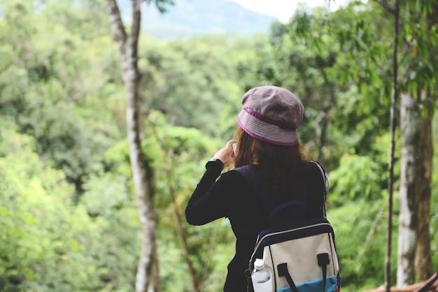 Mulher viajante, ligado, floresta natureza, femininas, turista, ligado, feriado, férias, viagens, aventura, viagem