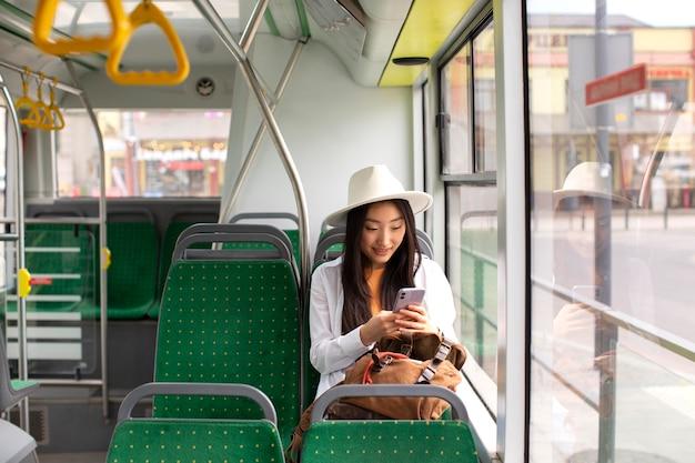 Mulher viajante local hospedada em um ônibus