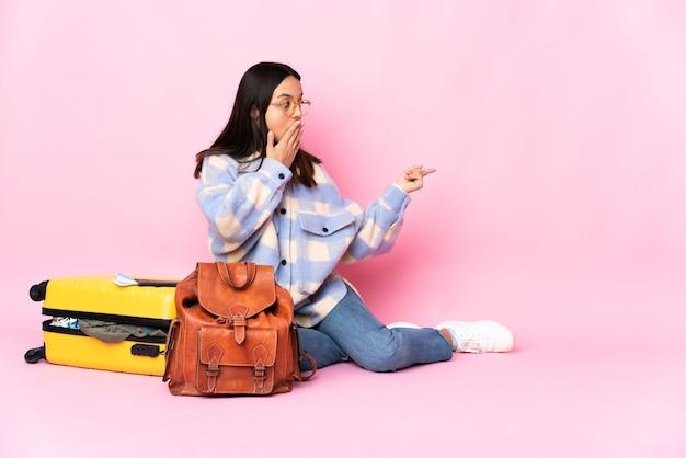 Mulher viajante na parede pastel