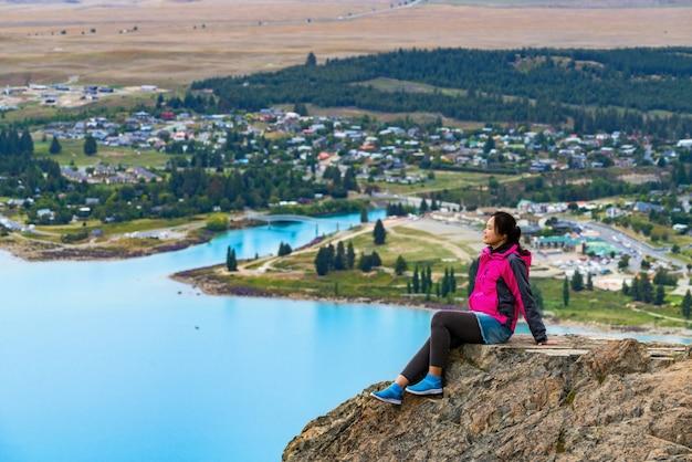 Mulher viajante no lago tekapo, nova zelândia