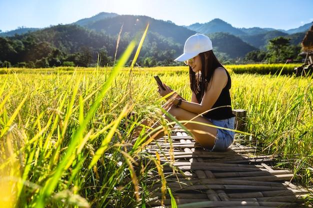 Mulher viajante usando telefone celular
