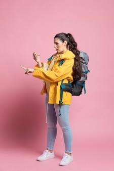 Mulher viajante usando uma bússola para instruções