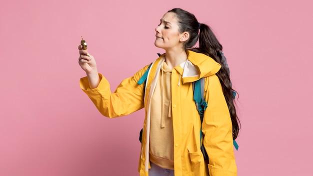 Mulher viajante usando uma bússola