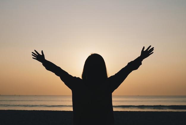 Mulher viajar ao redor do mundo com liberdade de praia do sol de verão e relaxar o conceito de vida.