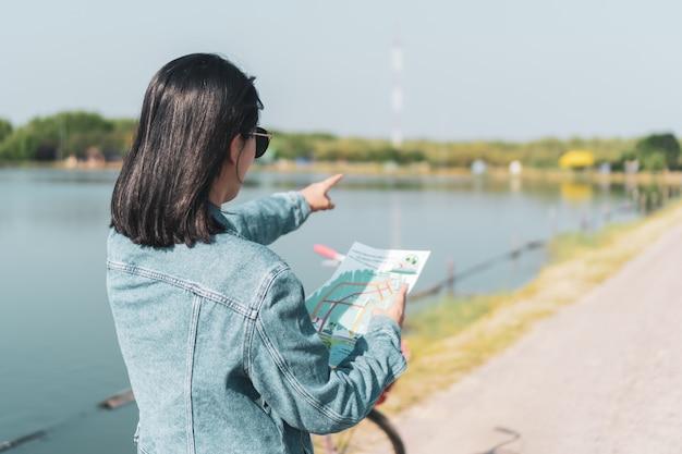 Mulher viajar ao redor do mundo com o conceito de liberdade de mochila.