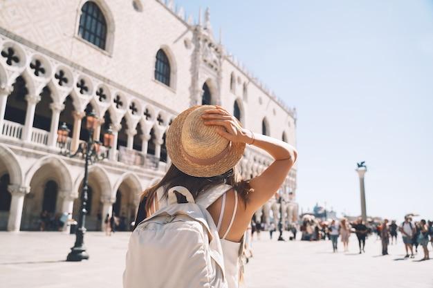 Mulher viajar itália europa menina gozar em veneza turista feminino caminhando nas ruas na venezia