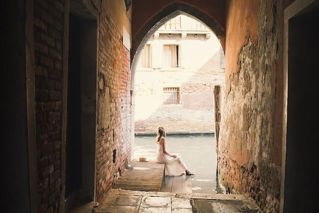Mulher viajar itália férias na europa menina apreciar a bela vista em veneza