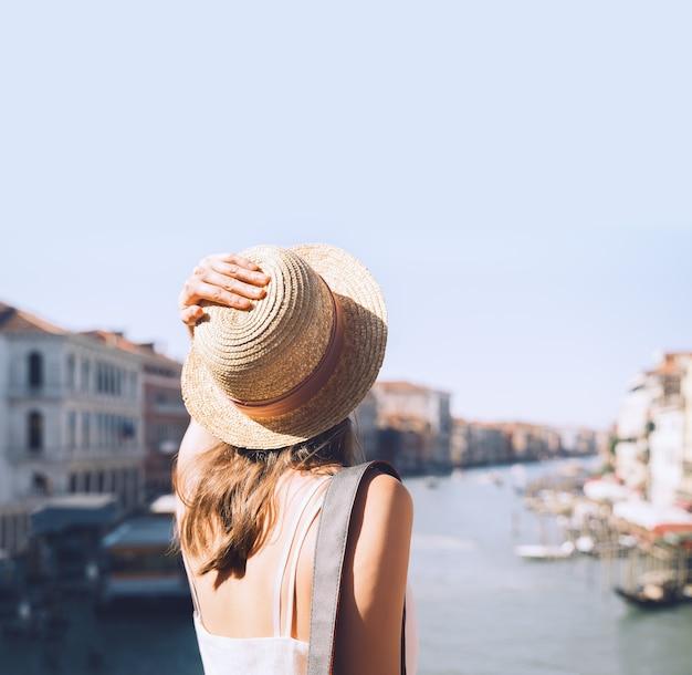 Mulher viajar itália férias na europa menina gozar em veneza turista caminhar nas ruas na venezia