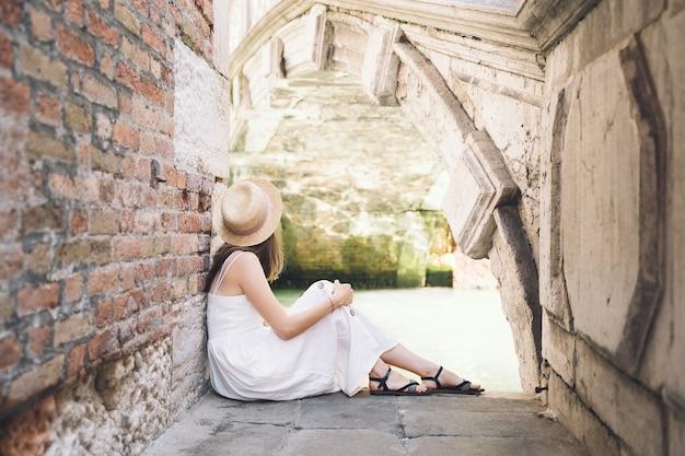 Mulher viajar itália férias na europa moda garota tirar foto na cênica ponte do grande canal