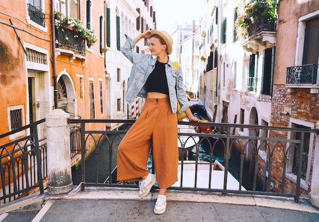 Mulher viajar itália férias na europa veneza turista feminino caminhando nas ruas na venezia