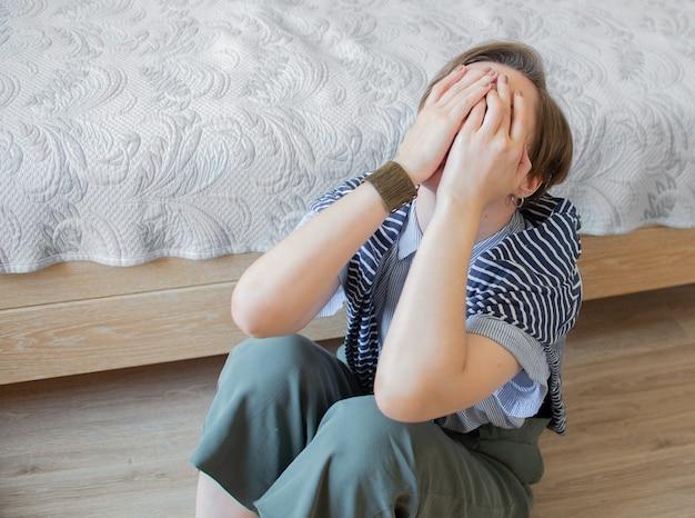 Mulher viciada em drogas e alcoolismo sozinha depressão estresse sentado no chão em seu quarto