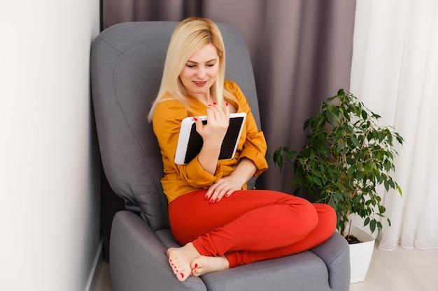 Mulher, videoconferência com o tutor no laptop em casa. conceito de educação a distância.