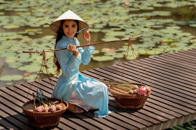 Mulher vietnamita com cesta de lótus