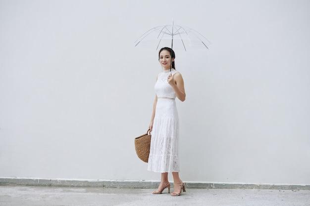 Mulher vietnamita com guarda-chuva