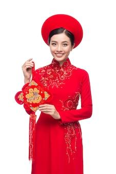 Mulher vietnamita de ano novo usando aodai celebra o feriado do tet