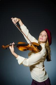 Mulher violinista no conceito musical