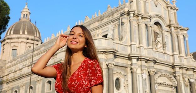 Mulher visitando a catedral barroca de catânia, na sicília