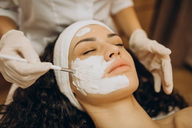 Mulher visitando cosmetologista e fazendo procedimentos de rejuvenescimento