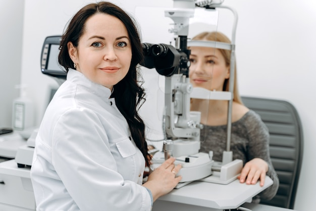 Mulher visitando oftalmologista