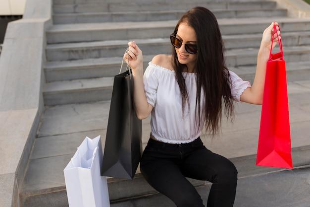 Mulher vista de cima com sacolas de compras conceito de compras de sexta-feira negra