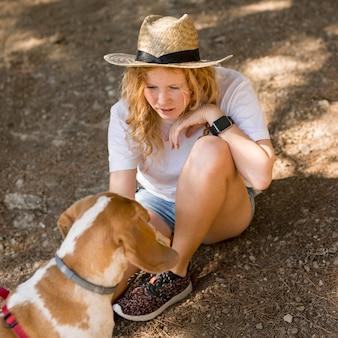 Mulher vista de cima e seu cachorro