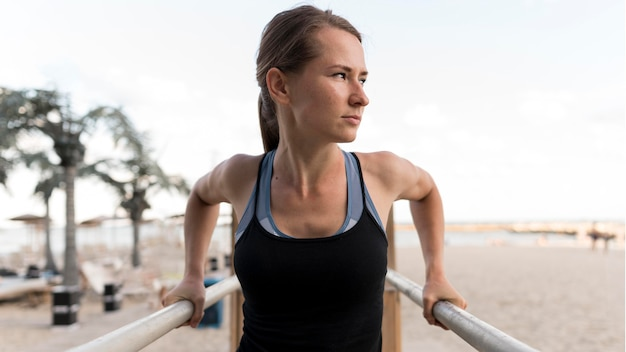 Mulher vista frontal se exercitando em roupas esportivas