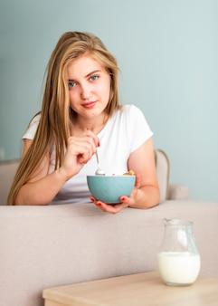 Mulher vista frontal, segurando, tigela cereal