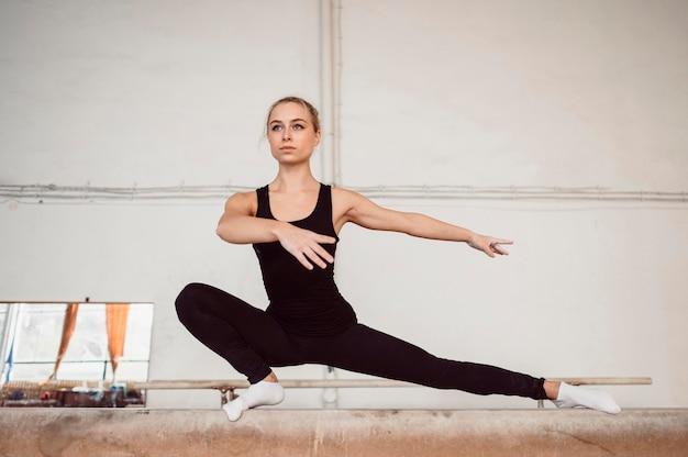 Mulher vista frontal treinando na trave de equilíbrio