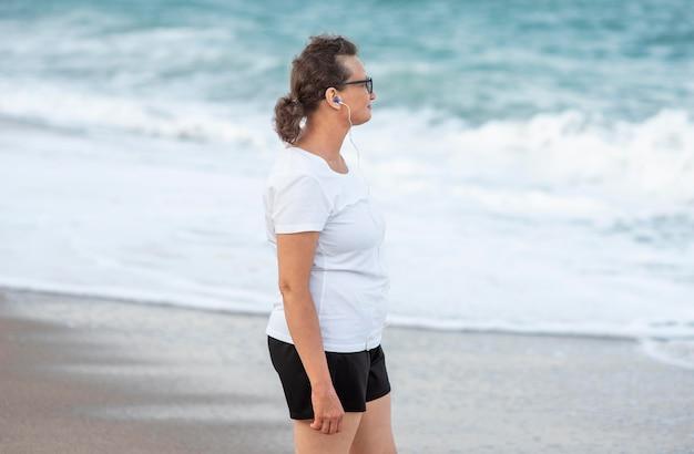Mulher vista lateral à beira-mar