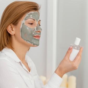 Mulher vista lateral com máscara facial