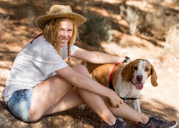 Mulher vista lateral e seu cachorro