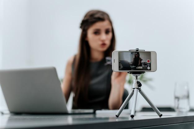 Mulher, vlogger, gravando, negócio, vlog, em, escrivaninha escritório