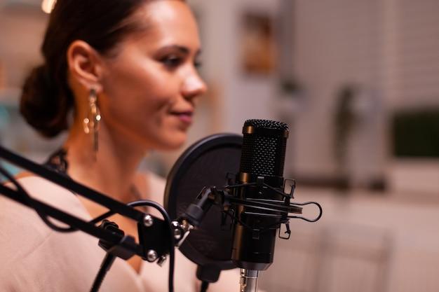 Mulher vlogger gravando vídeo para seu blog em estúdio caseiro