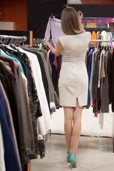 Mulher volta à procura de roupas