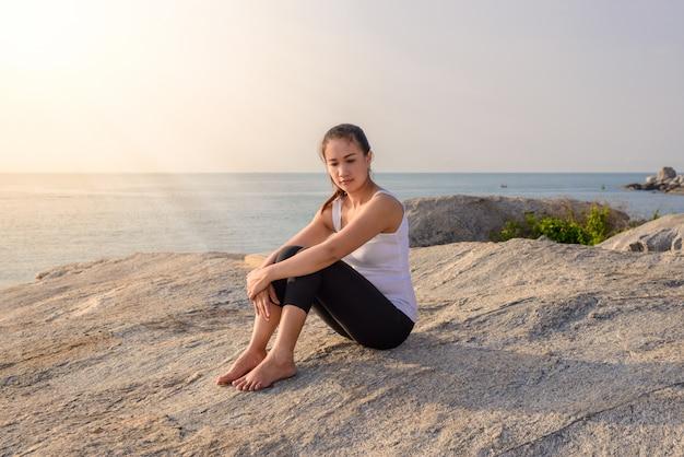 Mulher yoga é relaxar